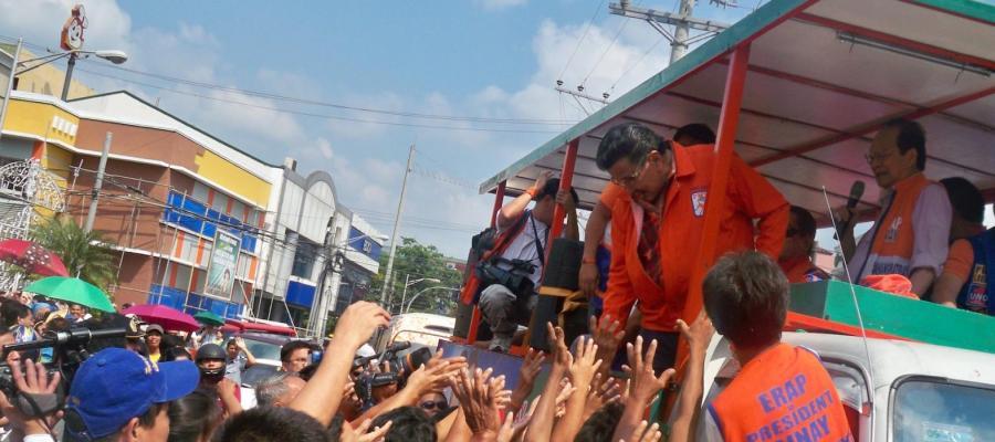 Joseph Estrada rallying supporters in The Philippines